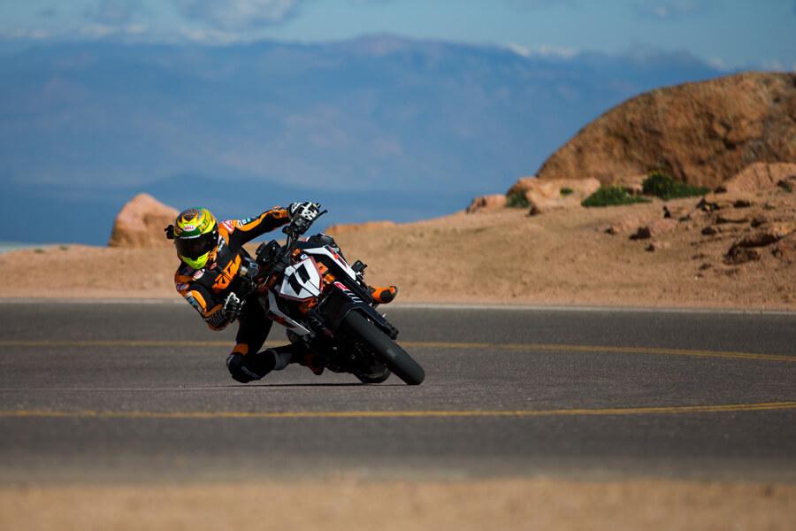 ★KTM 2017パイクスピークで KTMを駆るフィルモアが レコードタイムを記録し 最高峰クラスで勝利