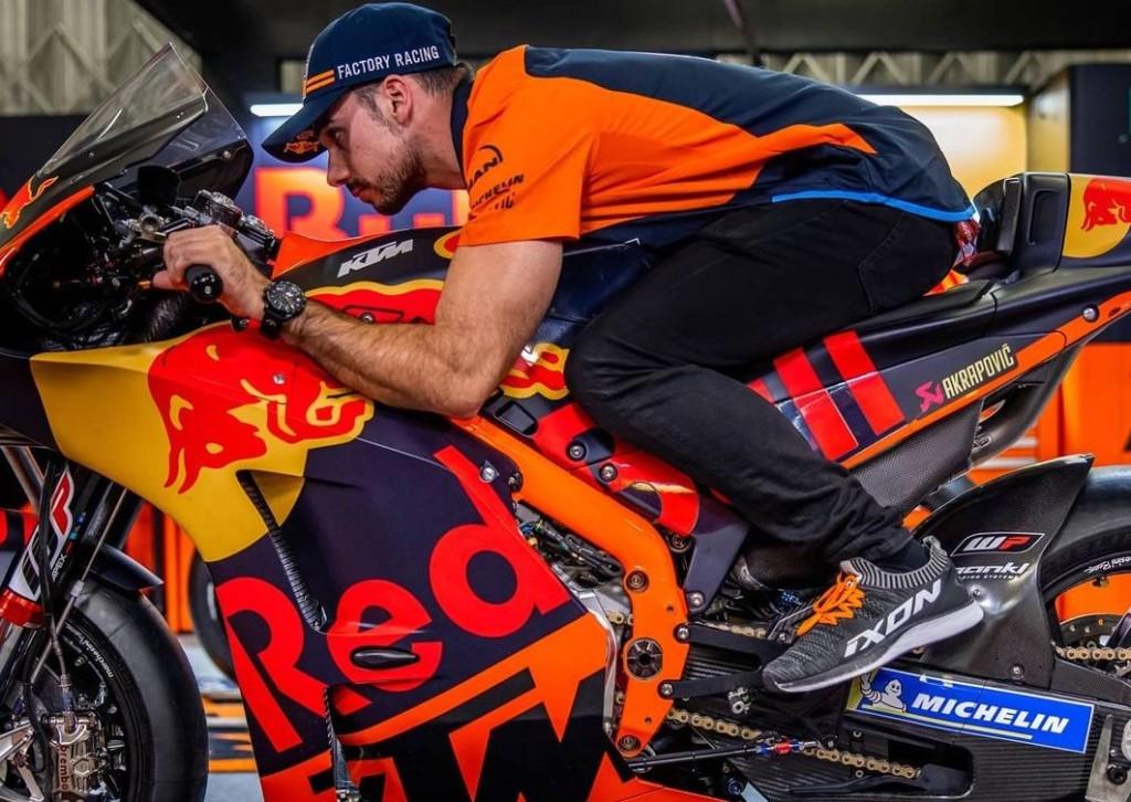 ミゲル・オリヴェイラ レッドブル(Red Bull)カラーのRC16を初披露